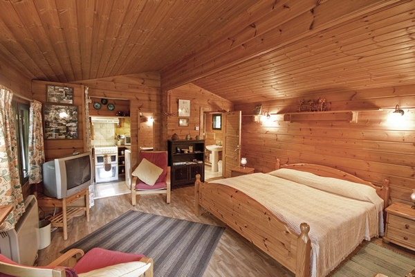 Bedroom in Piilopirtti log cabin near the New Forest
